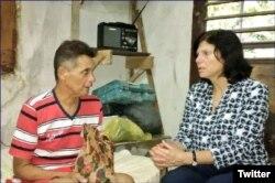 Mara Tekach, encargada de negocios de EEUU en La Habana, visita a Guillermo del Sol en su vivienda de Santa Clara.