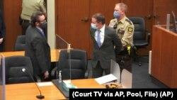 Derek Chauvin (centro) acompañado de su abogado Eric Nelson (izquierda), es detenido después de que se leyeran los veredictos en el juicio por la muerte de George Floyd en 2020.