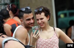 Una pareja realiza una video llamada en una zona WiFi de La Habana.