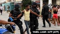 Fuerzas especiales arrestan a un joven luego de una manifestación contra el gobierno de Miguel Díaz-Canel en el municipio de Arroyo Naranjo, La Habana el 12 de julio de 2021.