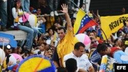 El excandidato de la oposicion, Henrique Capriles, saluda a seguidores durante un acto de campaña electoral.