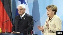 La canciller alemana, Angela Merkel (d), responde a una pregunta durante la rueda de prensa que celebró junto al presidente panameño, Ricardo Martinelli.