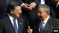 Raúl Castro habla con el presidente de la Comisión Europea, José Manuel Durão Barroso el 26 de enero de 2013, durante la foto oficial de la primera Cumbre de la Comunidad de Estados Latinoamericanos y Caribeños (Celac) y la Unión Europea (UE), en Santiago