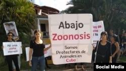 Protesta frente a las instalaciones de Zoonosis en La Habana. (Foto Facebook: Cuba contra el Maltrato Animal)