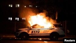 Un carro patrullero incediado por los manifestantes.