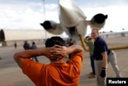 Una deportación aérea ejecutada por ICE. Foto Archivo REUTERS/Carlos Barria