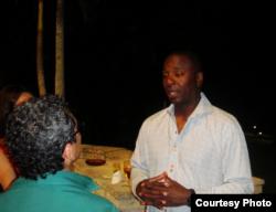 Joe Logan conversa con un admirador en La Habana, Cuba.