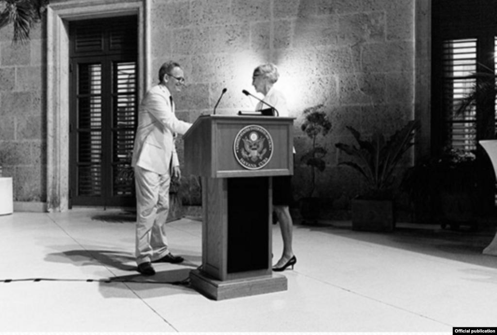 Jeffrey DeLaurentis presenta a la primera dama Georganne Nixon en una recepción en la residencia, en marzo de 2015.