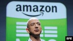"""Archivo - El fundador y consejero delegado de la tienda por internet Amazon, Jeff Bezos, presenta la nueva tableta electrónica """"Kindle Fire"""" y tres versiones del lector """"kindle"""", durante la rueda de prensa celebrada en Nueva York, EEUU."""