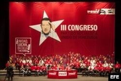 El presidente venezolano, Nicolás Maduro (c), acompañado por el presidente de la Asamblea Nacional, Diosdado Cabello (c-i), y la dirigente del Partido Socialista de Venezuela, Maria Cristina Iglesias (c-d) aguardan para dar comienzo al III congreso del PS