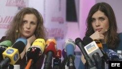 Maria Alyokhina (izda) y Nadezhda Tolokonnikova (dcha).