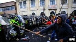 La policía carga contra manifestantes en Ecuador tras aprobación por la Asamblea de enmiendas constitucionales que autorizan reelección ilimitada.