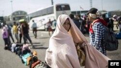 Migrantes sirios toman un bus hacia Bezdan, cerca de la frontera entre Serbia y Croacia