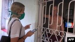 Una estudiante de Medicina entrevista a un residente de La Habana.
