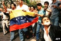 El 2 de abril de 1992 manifestantes pedían la libertad de Hugo Chávez y otros líderes del fallido golpe de Estado.