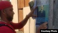 Un activista divulga en Caimanera el pensamiento martiano. (Tomado de Facebook )