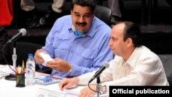 Nicolás Maduro (I), presidente de la República Bolivariana de Venezuela, conversa con Rogelio Polanco (D), embajador de Cuba en ese país.