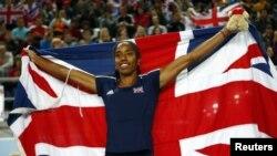 La habanera Yamilé Aldama, envuelta en la bandera británica.