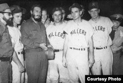 New York Times publica una foto de Fidel Castro con los Millers de Minneapolis, un club de la liga menor, en La Habana en 1959.