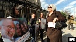 Archivo - Judy Gross (d), esposa del estadounidense Alan Gross, se manifiesta junto a una decena de activistas judíos frente a la Sección de Intereses de Cuba en Washington, D.C.