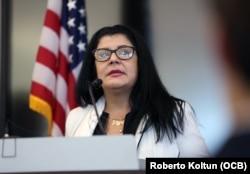 La doctora cubana Tatiana Carballo que cumplió misiones médicas en diferentes países en conferencia de prensa en Miami el 30 de noviembre del 2018.
