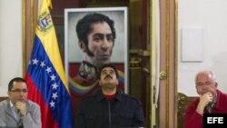 El presidente venezolano, Nicolás Maduro (c), junto con el vicepresidente Jorge Arreaza (i) y el vicepresidente económico y presidente de PDVSA, Rafael Ramírez (d).