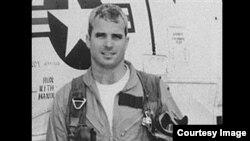 John McCain junto a su avión de combate durante la Guerra de Vietnam. Foto: Exposición de fotos de la Guerra de Vietnam