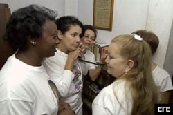 Laura Pollán y otras Damas de Blanco escuchan por teléfono la ceremonia del Sajarov en Estrasburgo.