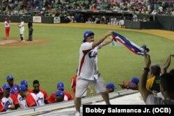 Aficionado cubano celebra en la Serie del Caribe.