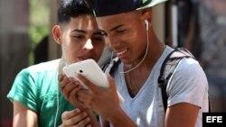 Debido a que la mayoría accede a Internet desde espacios wi-fi públicos, los cubanos suelen conectarse con tabletas o con sus celulares.