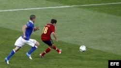 El centrocampista español Jordi Alba (d) marca el 2-0 durante la final de la Eurocopa de fútbol 2012 entre España e Italia en el estadio Olímpico de Kiev, Ucrania el domingo 1 de julio de 2012. EFE/Fehim Demir