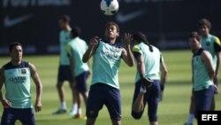 Los jugadores del FC Barcelona Neymar (c), Alexis (i) y Messi (d), durante el entrenamiento que ha realizado hoy el equipo en la ciudad deportiva Joan Gamper.