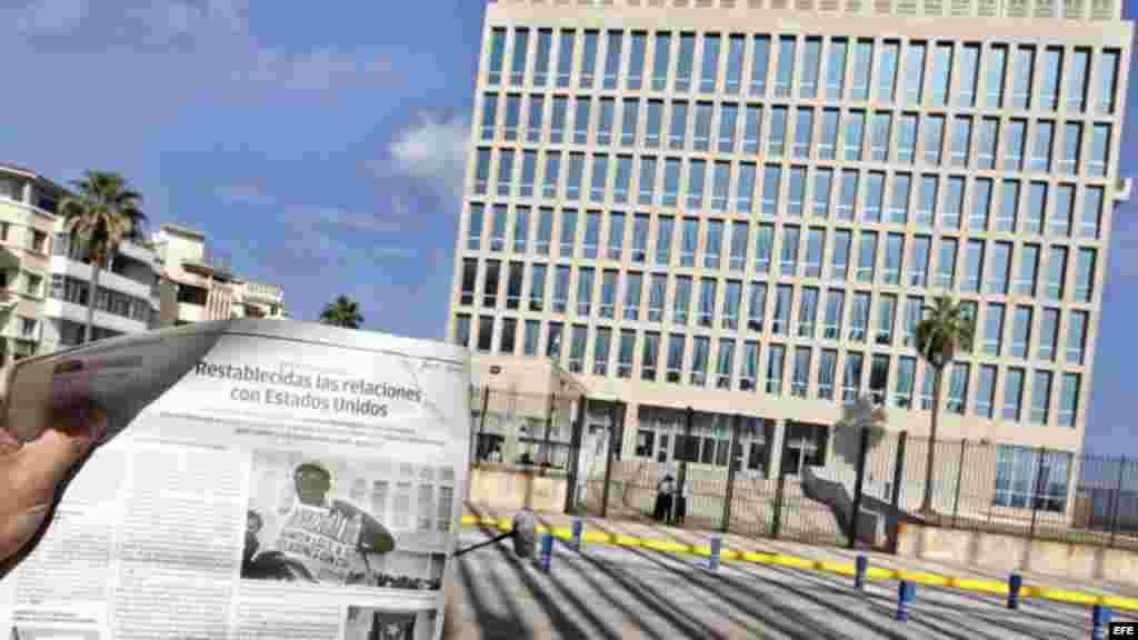 Un hombre muestra el periódico Granma frente a la embajada de Estados Unidos
