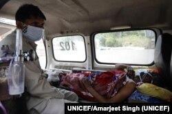 Un paciente de COVID-19 en Nueva Delhi, India, esperando en una ambulancia a que se libere una cama en el hospital. Foto: UNICEF/Amarjeet Singh.