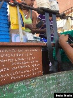 Accesorios médicos en la tablilla de precios del mercado de Palma Soriano.
