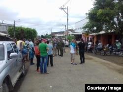 Autoridades colombianas llegan al albergue de los cubanos en Turbo. (Foto Facebook Martí Noticias)