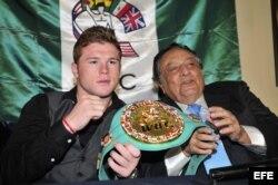 Foto de archivo. El boxeador mexicano Saúl 'Canelo' Álvarez (i) posa con el presidente del Consejo Mundial de Boxeo (CMB), José Sulaimán (d), el 26 de abril de 2011.