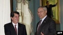 El entonces Secretario de Estado de EEUU, Colin Powell (derecha) con el disidente cubano Oswaldo Payá, el 6 de enero de 2003, en el Departamento de Estado, en Washington. (Joyce Naltchayan / AFP).