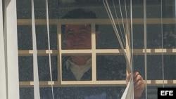 El senador opositor boliviano Roger Pinto se asoma a la ventana de una habitación de la embajada de Brasil en La Paz (Bolivia).