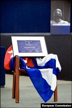 Una silla vacía con la bandera cubana representa al ausente Premio Sájarov Guillermo Fariñas.
