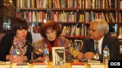 Nivaria Tejera (c), el periodista Juan Cruz e Iria Rebolo, de Ed. El Olivo Azul (Madrid, 2012). Foto: Grace Piney.