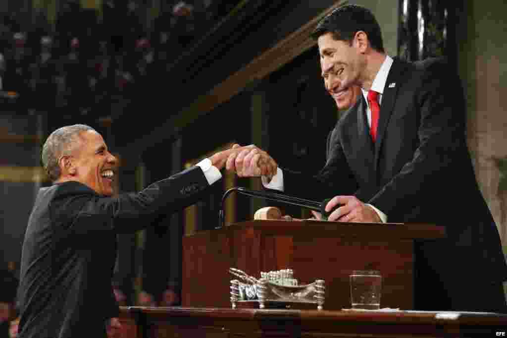 El presidente de Estados Unidos, Barack Obama, saluda al vocero Paul Ryan (d) de Wisconsin y al vicepresidente Joe Biden (2d) .