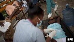 Brigadas de médicos y enfermeras cubanos prestaron asistencia desde 2010 a enfermos de cólera en la vecina Haití.