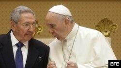 Raúl Castro durante su visita al papa Francisco.