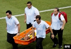 Neymar es sacado en camilla dela cancha tras recibir un rodillazo en al espalda del colombiano Zúñiga.