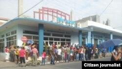 Reporta Cuba. Colas. Foto: Niover García.