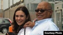 Pablo Milanés y su esposa gallega Nancy Pérez durante una visita a Perú.