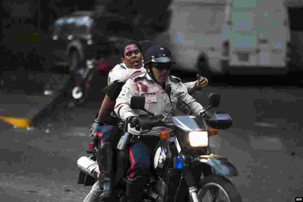 Periodistas de la AFP en la zona contabilizaron al menos 30 jóvenes detenidos en medio de jalones, gritos y empujones.