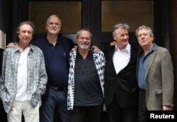 De izquierda a derecha, Eric Idle, John Cleese, Terry Gilliam, Michael Palin y Terry Jones posan el 30 de junio de 2014 en Londres, en vísperas de su primera vuelta a un escenario en largo tiempo. Graham Chapman, el otro miembro de Monty Python, había fallecido el 4 de octubre de 1989 (Foto: Reuters).