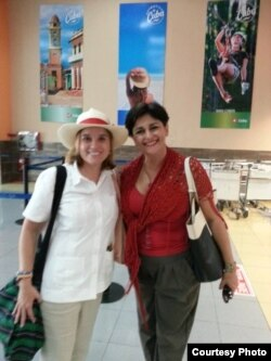 La alcaldesa de San Juan, Puerto Rico, Carmen Yulín Cruz (i) visita Cuba.
